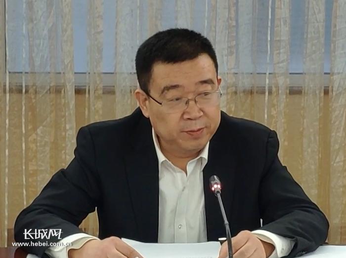 丁荣进委员在谈话。 长城新媒体记者郑建卫摄