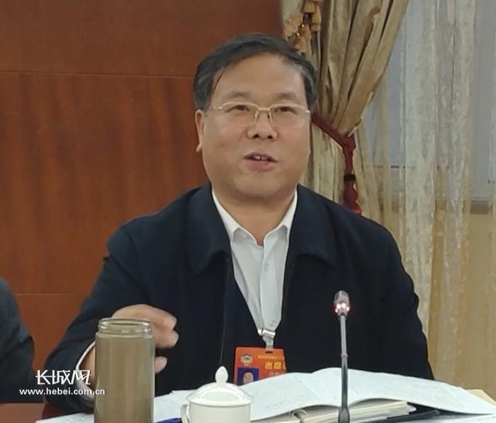 位铁强委员在谈话。 长城新媒体记者郑建卫摄