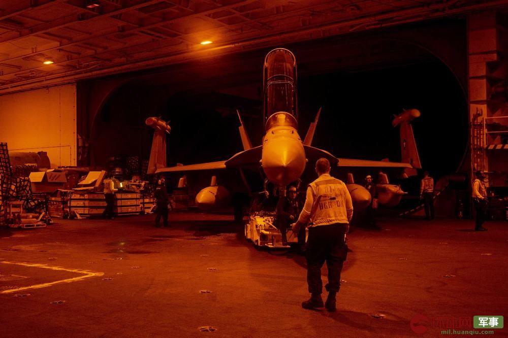 杜鲁门号维护技师在夜间对战机进行维护