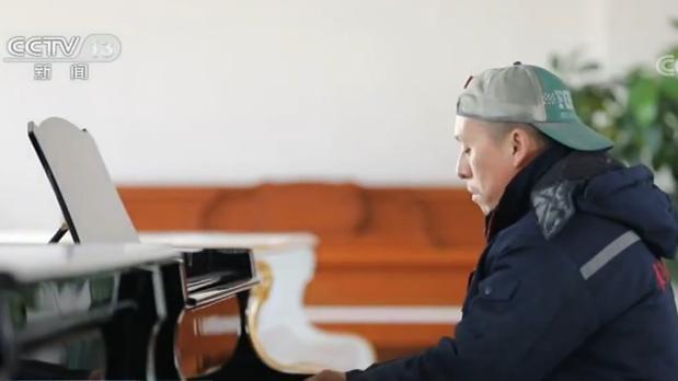 油漆工董宇的钢琴梦:从未接受训练 能演奏200多首曲子