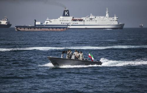 资料图片:2019年4月30日,伊朗士兵在霍尔木兹海峡巡逻。新华社发