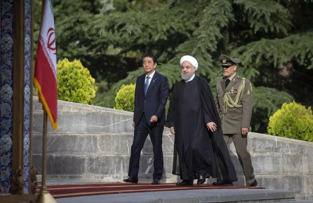 ▲资料图片:2019年6月12日,在伊朗首都德黑兰,伊朗总统鲁哈尼(中)与到访的日本首相安倍晋三(左)参加欢迎仪式。(新华社)