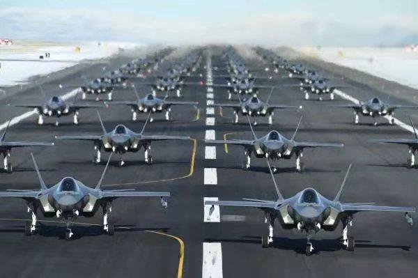 美军52架隐形战机升空:大多中东打过仗 在向谁秀肌肉?