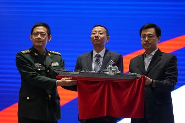 中船集团向军事博物馆捐赠山东舰文创产品:山东舰拼装模型