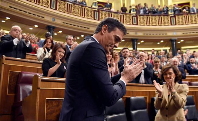 桑切斯在议会承受议员的恭喜(图源:西班牙《国家报》)