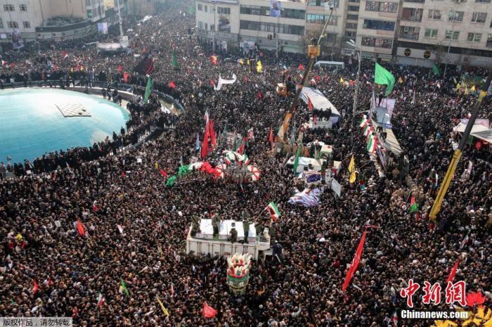 当地时间1月6日,成千上万的伊朗民众走上德黑兰街头,向被美军击杀的高级军官苏莱曼尼表示敬意。图为参加追悼会的民众淹没德黑兰市中心的一处广场。