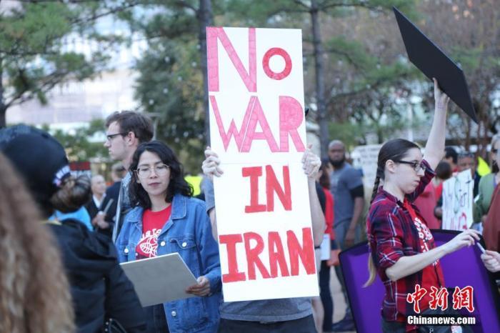 """资料图:当地时间1月5日,美国石油重镇休斯敦的民众举行反战集会,谴责美军炸死伊朗伊斯兰革命卫队下属""""圣城旅""""指挥官卡西姆·苏莱曼尼。 中新社记者 曾静宁 摄"""