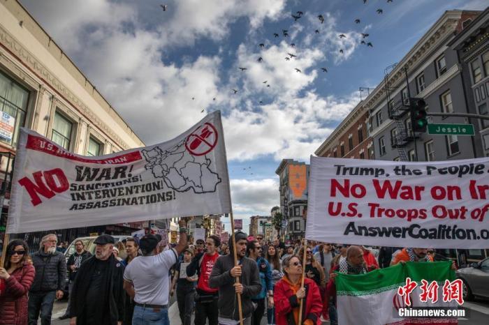 当地时间1月4日,两千多人在旧金山市中心参加反战集会,要求特朗普政府从中东撤军,以和平的方式解决国际争端。中新社记者 刘关关 摄