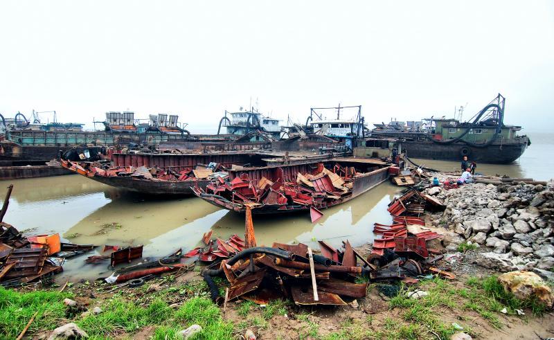 江西九江整治长江非法采砂船,在江西九江一处采砂船集中切割点,工作人员对采砂船进行切割作业。