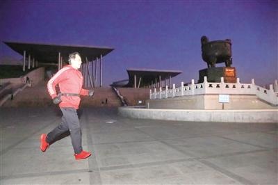 首府长跑狂人一年内完成百场马拉松
