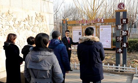 市法学会民法分会一行到海河故道公园参观民法长廊图片