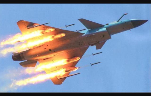 歼-10战机只射一枚导弹,为何没有侧翻?如何控制机身保持平衡?