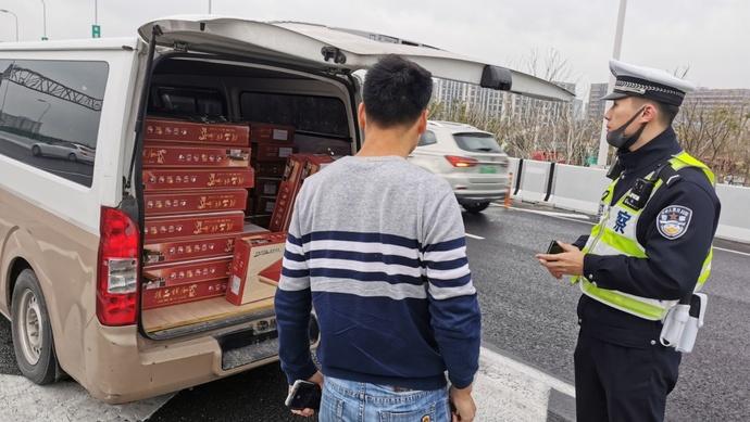 """面包车装了近一吨羊腿上高架……  上海一个月查获""""客载货""""违法1.6万余起图片"""