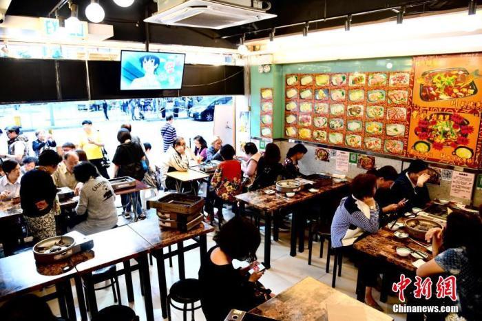 香港深水埗荔枝角道一间餐馆6日凌晨遭2名暴徒投掷汽油弹。7日,不少市民特地到餐馆支持店家,鼓励继续无畏无惧撑警。中新社记者 李志华 摄