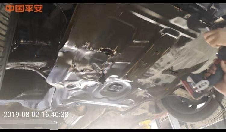 第一次事故导致车辆油底壳损坏。  受访者供图