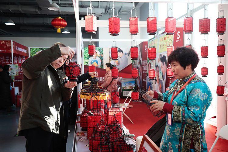 挂仿古灯笼 吃活水螃蟹  北京消费扶贫年货大集开幕图片