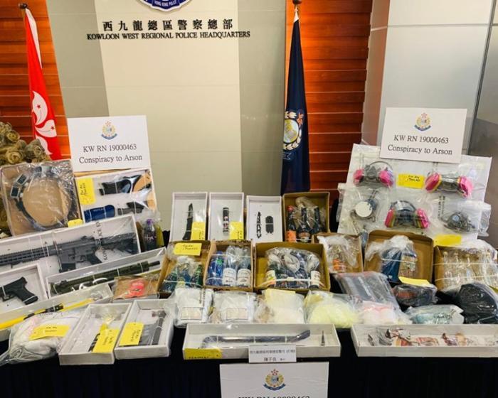 香港警方展示检获的证物。图片泉源:香港《星岛日报》/梁国峰 摄