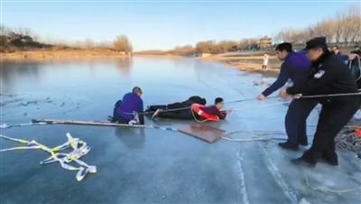 经过一番努力,救人小伙与落水者一起被救援人员拉上岸。受访者供图
