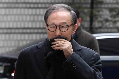 快八十岁的李明博出庭了,韩国要判23年,他担心自己会