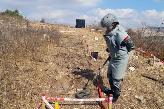 中国女兵在中东成功排出以色列反步兵地雷(图)