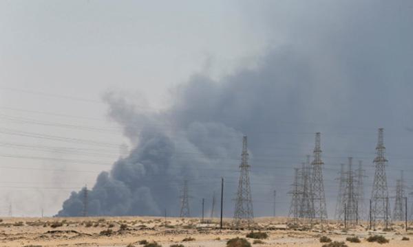 9月14日,位于沙特布盖格的沙特阿美公司石油设施起火后冒出浓烟。新华社 资料图