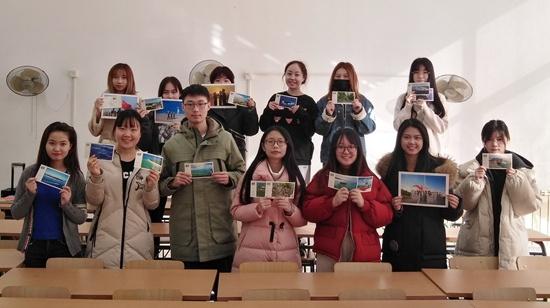 大学生送信慰问 驻永兴岛武警寄回带三沙气息包裹