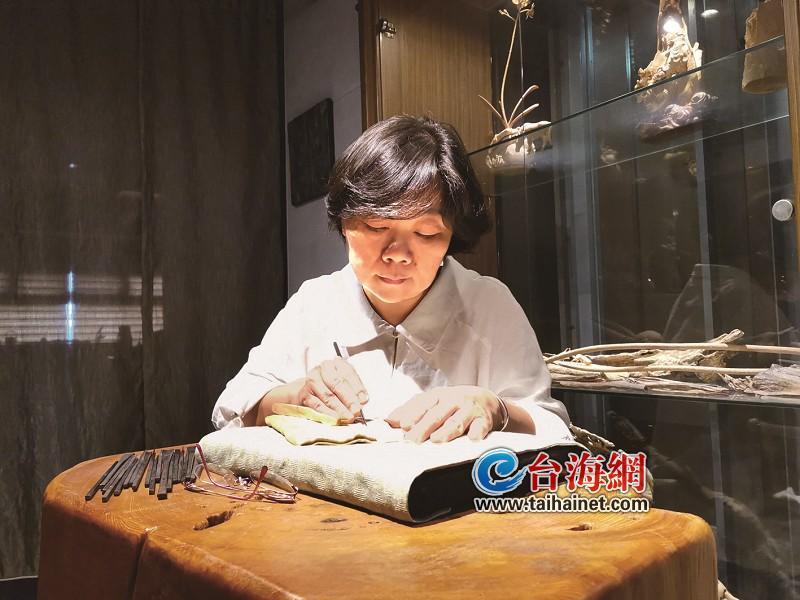 """一颗""""木头白菜""""扑面而来!宜兰艺术家吕美丽擅长黄杨木精雕"""