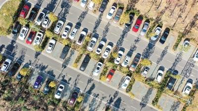 """近年来,安徽省六安市利用城区部分闲置地建设成停车场,有效缓解了""""停车难""""和交通拥堵问题。图为六安市城区皖西大道一处已建成的生态停车场。   田凯平摄(人民视觉)"""