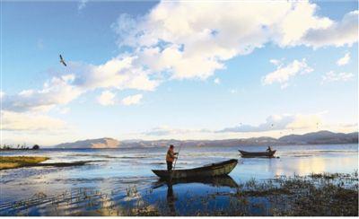 洱海保护人员清理湖面。   旷秀丽摄