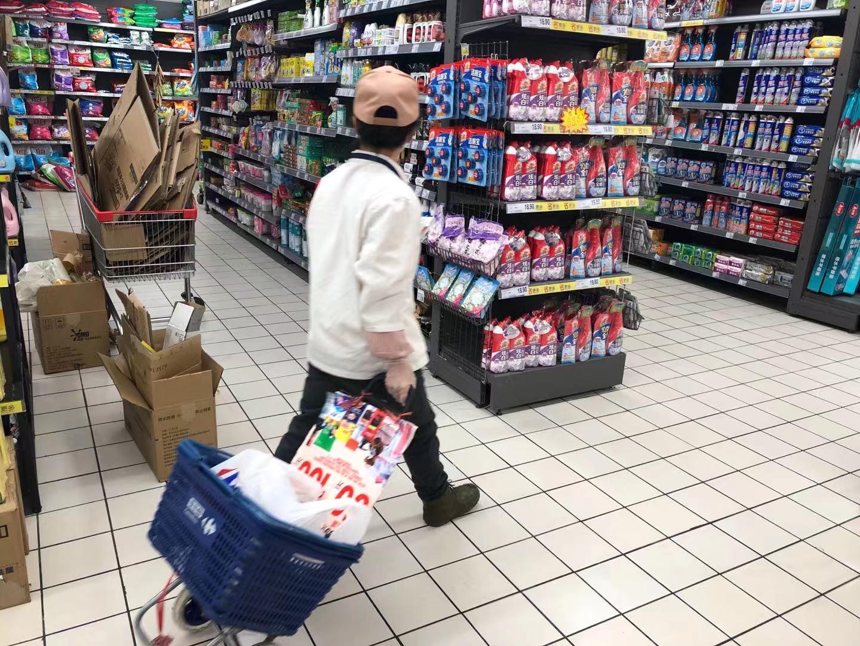 北京返工首日:生鲜市场顾客挑选商品,和摊主鲜有交流图片