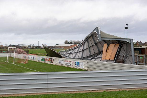 英国剑桥郡一足球俱乐部看台被损坏。(图片来源:镜报)