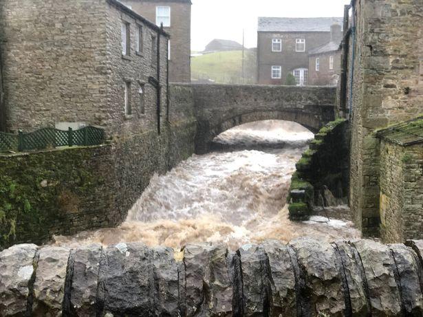 英国北约克郡洪水肆虐。(图片来源:《镜报》)