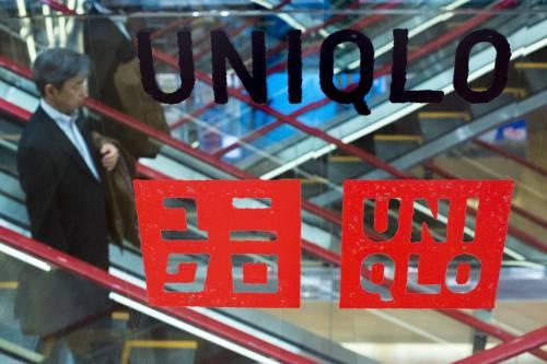 日本品牌可能是受影响的重灾区。图为在日本东京的优衣库旗舰店,一名男子乘坐扶梯。新华社/路透