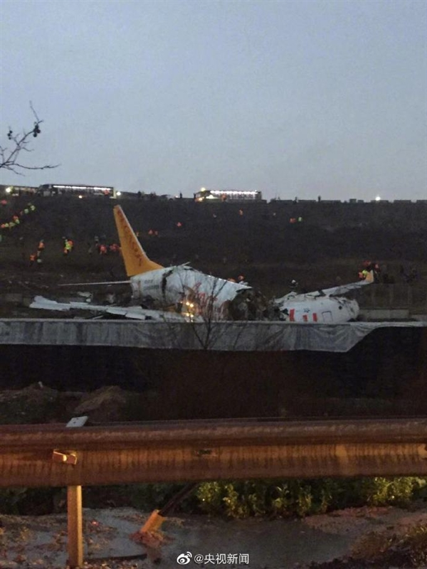 当地时间2月5日,一架波音737客机在土耳其机场冲出跑道
