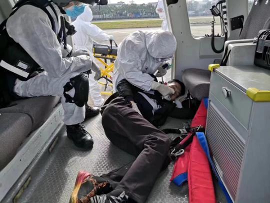 东海第一救助飞行队在长江口成功救助一名呼吸不畅船员