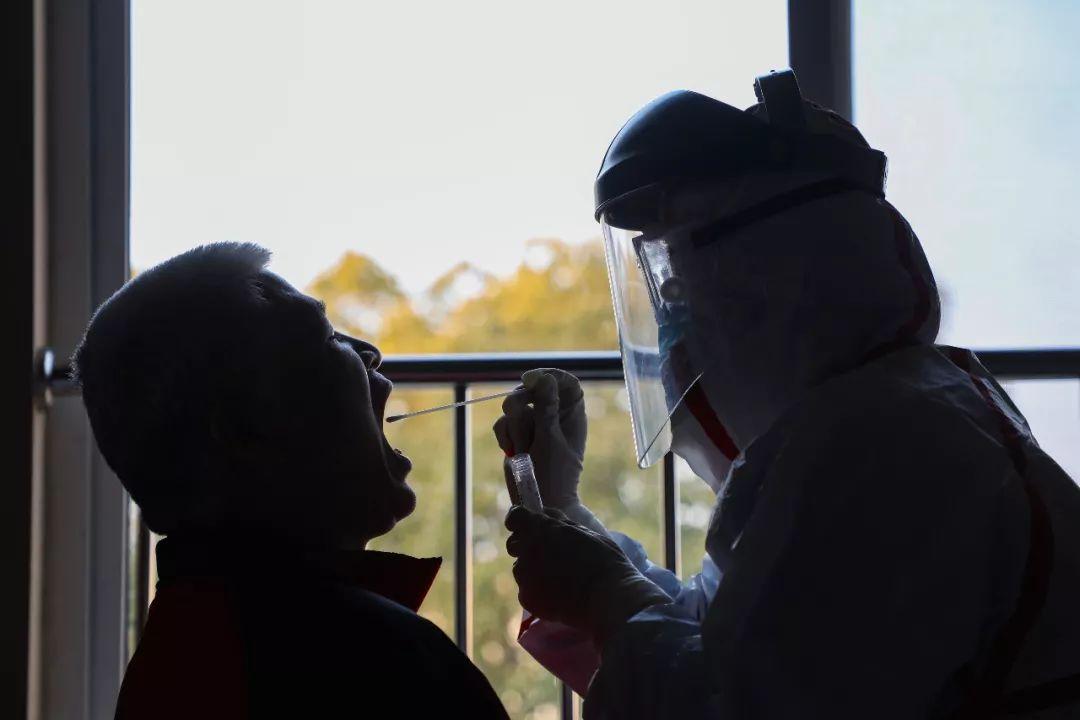 医生在给患者做核酸检测。(远征 摄)