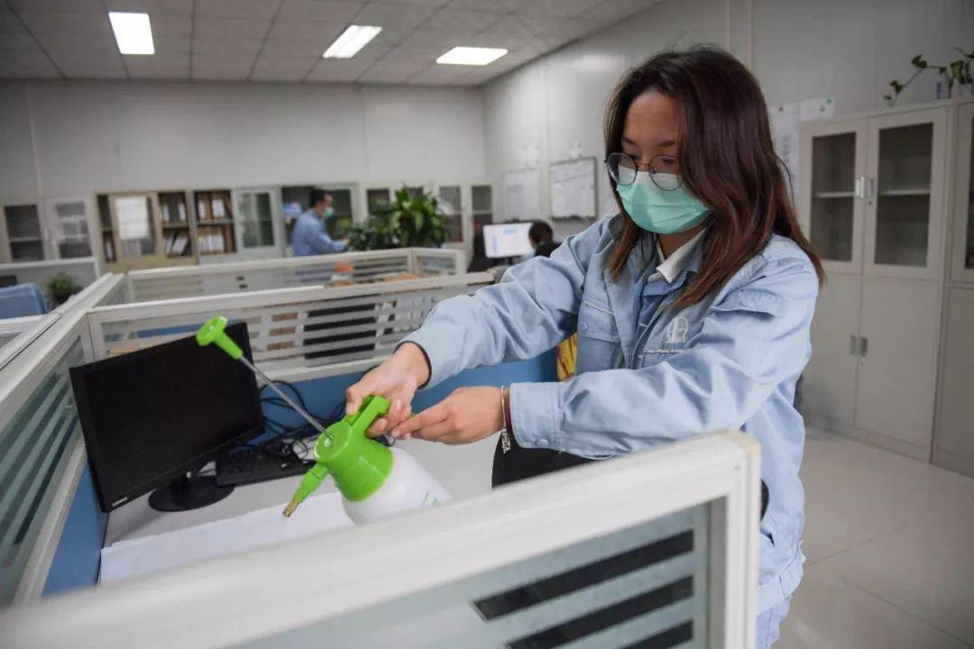 2月10日,在海南一家公司办公区内,事情职员喷洒消毒液。新华社发(蒲晓旭 摄)