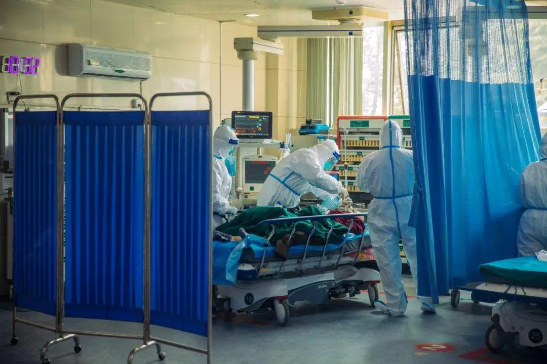 忙碌的医护人员(蔡小川 摄)