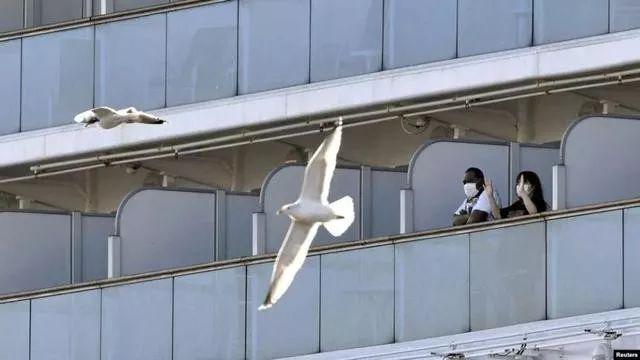 """△2月9日,横滨港外""""钻石公主""""号邮轮上的游客。"""