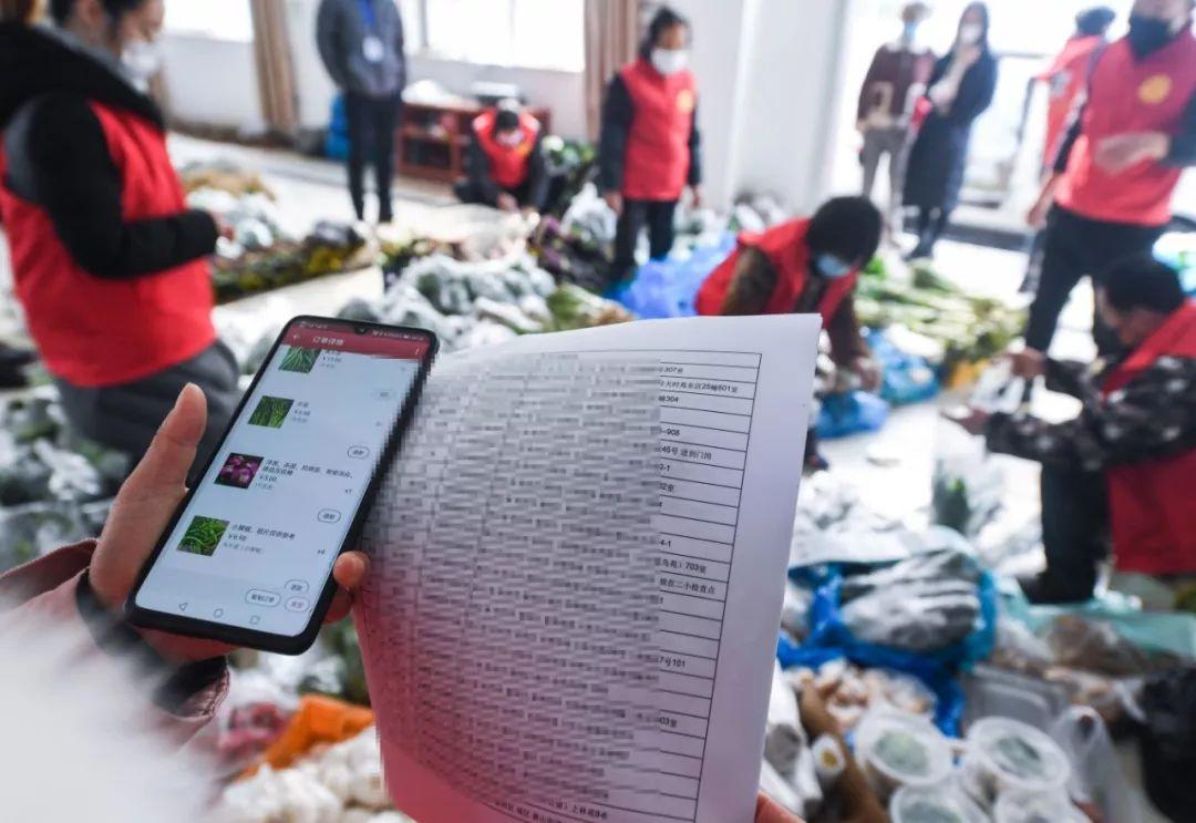 2月9日,自愿者在杭州一家农业公司根据网上平台订单预备为本地住民配送各种蔬菜、禽蛋。新华社记者 徐昱 摄