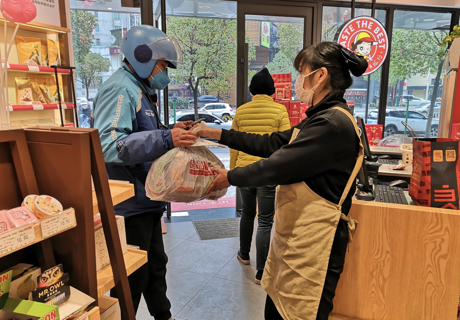 """一个人撑起零食店,每天平均接80个""""无接触式""""订单图片"""