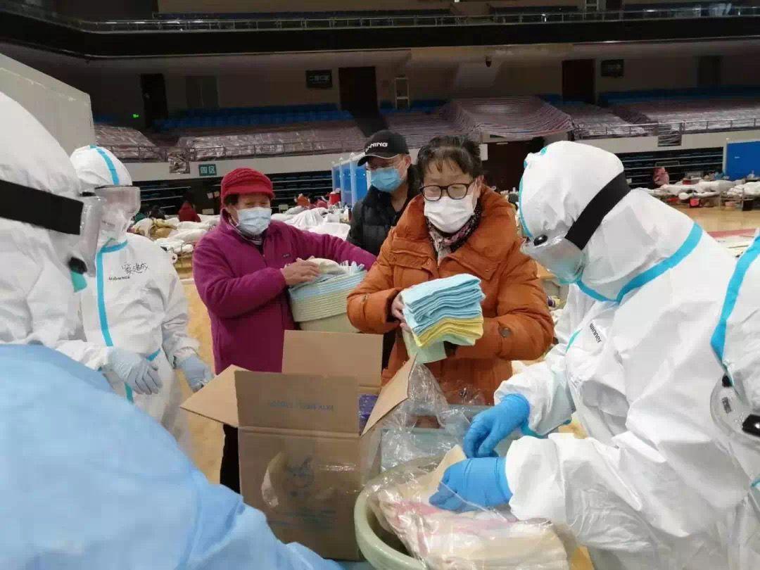 医护人员给患者们分发毛巾等生活用品。受访者供图
