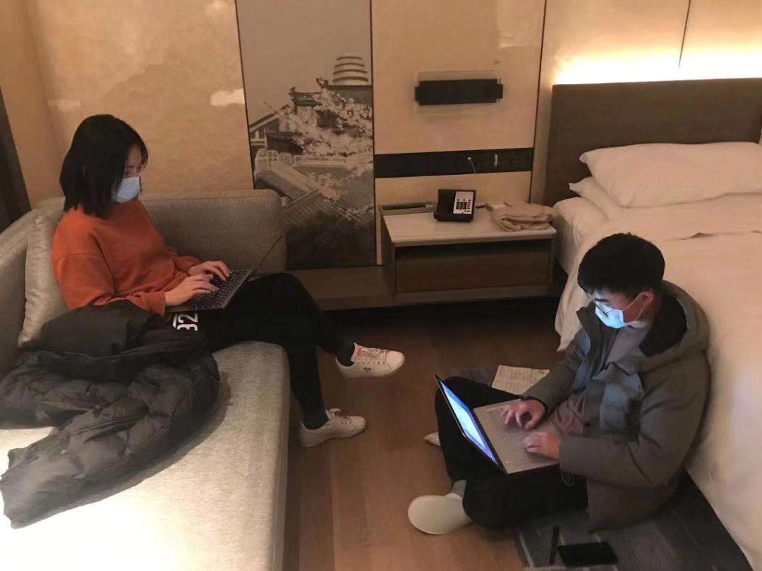 本刊记者王珊(左)、张从志(右)