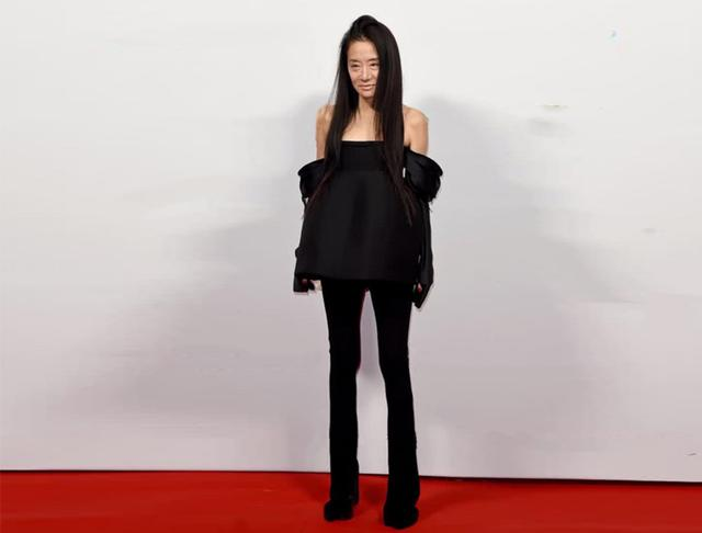 婚纱女王王薇薇,70岁仍气质超群,all black礼服套装气场全开