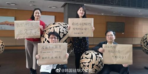日韩英等多国大使用手写中文为武汉加油(图)图片