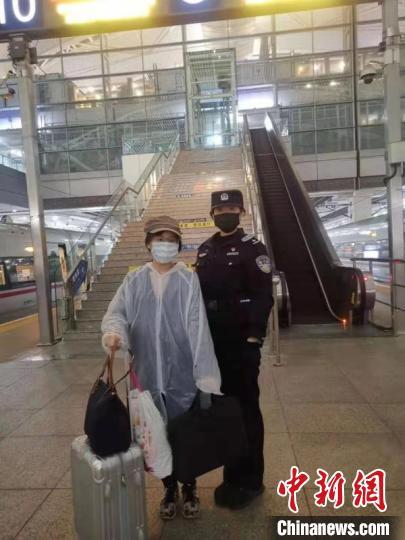 资料图:广州铁路公安加强节后返程客流疫情处置 郭军 摄