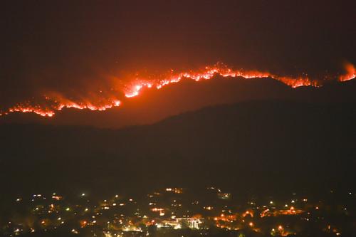 资料图片:这是1月31日在澳大利亚首都堪培拉拍摄的南部一处国家公园的林火火光 。新华社发