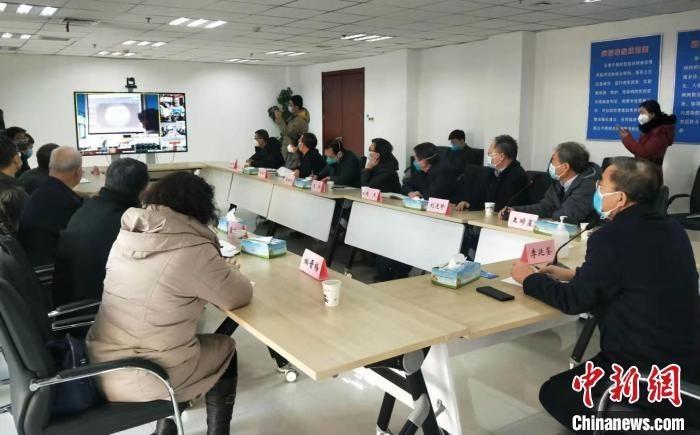 12日,山西省卫生健康委员会召开山西新冠肺炎疫情省级中西医联合会诊视频会议。 吴琼 摄