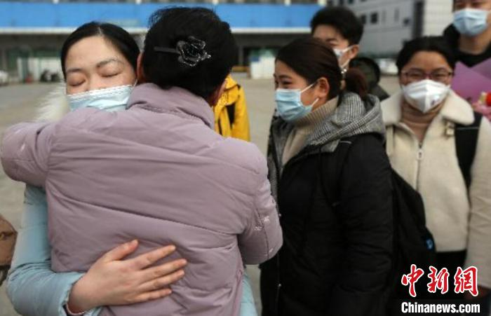 江苏已接连派出千余名医护人员驰援湖北。    泱波 摄