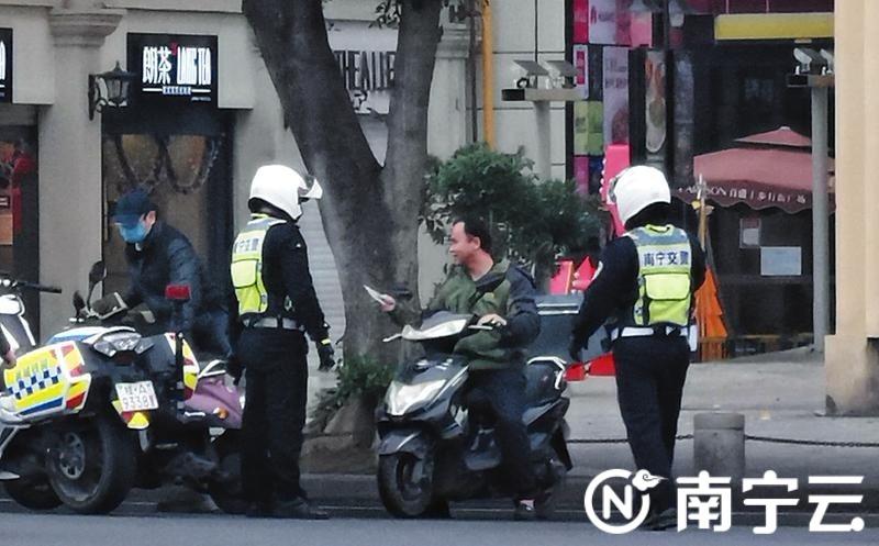 交警配合警航支队纠正未戴口罩的行人、电动自行车车手